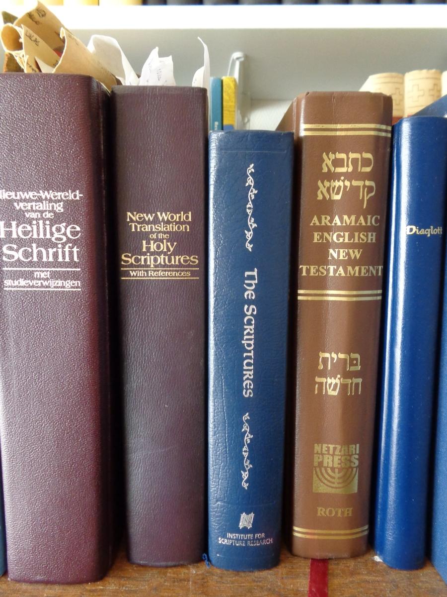 Some standard bible translations on the bookshelf - Enige standaard Bijbelvertalingen op de boekenplank