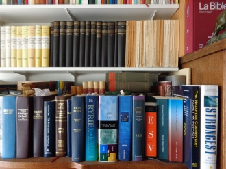 Several Bible translations on one of the office book-shelfs - Verscheidene Bijbelvertalingen op één van de boekenplanken in het bureau van de Belgische Christadelphians